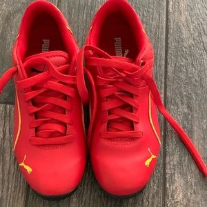 $38‼️Red Puma boys sneakers size 4.5